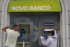 Dos trabajadores en una sucursal de Novo Banco en Lisboa, el 22 de septiembre de 2014. Los grupos financieros chinos Anbang Insurance o Fosun International figuran entre los favoritos para adquirir al portugués Novo Banco en un operación valorada en más de 4.000 millones de euros, informó el Financial Times. REUTERS/Hugo Correia