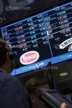 Operadores se juntan en el puesto de Tyson Foods, en la Bolsa de Nueva York, 3 de junio de 2014. El frigorífico brasileño JBS SA dijo el lunes en una comunicación al mercado que el regulador mexicano aprobó la oferta de una de sus filiales para adquirir los activos de aves de corral de Tyson Foods Inc en México. REUTERS/Brendan McDermid