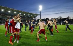 Jogadores do Hamburgo comemoram permanência na 1ª divisão do Campeonato Alemão. 1/6/2015.    REUTERS/Kai Pfaffenbach