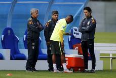 Atacante Robinho conversa com a equipe médica da seleção brasileira durante treinamento na Granja Comary, em Teresópolis. 03/06/2015 REUTERS/Sergio Moraes