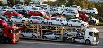 Carros novos sendo transportados de caminhão em São Bernardo do Campo.   29/04/2014   REUTERS/Paulo Whitaker
