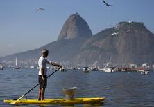 Homem com latrina na Baía de Guanabara durante protesto no Rio de Janeiro.  6/6/2015.  REUTERS/Sergio Moraes