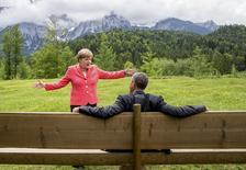 La canciller alemana Angela Merkel habla con el presidente Barack Obama fuera del castillo de Elmau en Krün, en Alemania. 8 de junio de 2015. Líderes de los países más industrializados del mundo resolvieron el lunes empezar a desvincular a sus economías de la energía basada en combustibles fósiles, en un importante paso en la batalla contra el calentamiento global que mejora los posibilidades de un acuerdo sobre cambio climático este año.  REUTERS/Michael Kappeler/Pool