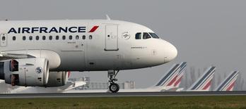 Air France-KLM envisage de suivre l'exemple de son concurrent Lufthansa en imposant une surcharge aux clients qui achètent leurs billets par le biais de comparateurs de prix, /photo prise le 8 avril 2015/REUTERS/Gonzalo Fuentes