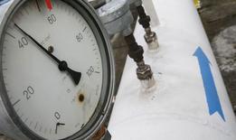 Датчик давления на газовой станции под Ужгородом 27 мая 2015 года. Газовый концерн Газпром прогнозирует цену на газ без скидки для поставки на Украину в третьем квартале 2015 года на уровне $287,2, а в четвертом квартале - $262,5 за 1.000 кубометров, сказал зампредправления Газпрома Александр Медведев на брифинге во вторник. REUTERS/Gleb Garanich