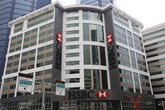 Vista general de la sede de HSBC en Estanbul, Turquía, 9 de junio de 2015. HSBC recortará cerca de 50.000 puestos de trabajo de su nómina, reducirá su banca de inversión y disminuirá sus activos ponderados por riesgo en 290.000 millones de dólares, en un esfuerzo por mejorar su débil rendimiento, dijo el martes el mayor banco de Europa. REUTERS/Murad Sezer
