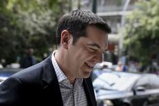 """El primer ministro griego, Alexis Tsipras, a su llegada a una reunión del partido Syriza en Atenas, jun 9 2015. El primer ministro griego, Alexis Tsipras, pidió el apoyo de su partido el martes, en un momento en que las negociaciones entre su Gobierno y los acreedores internacionales del país se encuentran en lo que describió como """"un momento crucial"""", dijo un funcionario griego. REUTERS/Alkis Konstantinidis"""