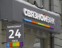 Отделение Банка Связной в Москве. 28 февраля 2012 года. Российский банк Связной, входящий в топ-150 банков РФ, признался инвесторам, что его уровень достаточности капитала к августу может опуститься ниже 2 процентов, а это дает Центробанку повод отозвать у него лицензию. REUTERS/Sergei Karpukhin