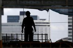 """La Banque mondiale a abaissé ses prévisions de croissance mondiale pour cette année en appelant les pays développés comme en développement à """"attacher leurs ceintures"""" pendant la période d'ajustement à la baisse des prix des matières premières et à la remontée des taux d'intérêt aux Etats-Unis.  Dans ses nouvelles Perspectives économiques mondiales, l'institution dit s'attendre à une croissance mondiale de 2,8% cette année, contre 3% prévu en janvier.  /Photo prise le 10 juin 2015/REUTERS/Thomas Peter"""