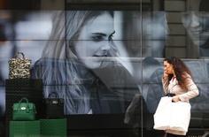 La marque britannique de luxe Mulberry a indiqué mercredi que son retour à une politique de prix plus abordable avait soutenu ses ventes depuis le début de son nouvel exercice, après avoir fait plonger son bénéfice annuel. /Photo d'archives/REUTERS/Andrew Winning