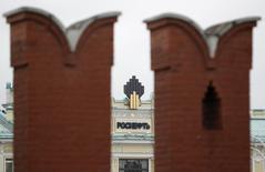 Логотип Роснефти на крыше штаб-квартиры компании за кремлевской стеной. Москва, 27 мая 2013 года. Роснефть может отложить бурение второй разведочной скважины в Карском море до 2018 года, так как санкции мешают привлечению партнеров, сказали Рейтер три источника, знакомые с планами госкомпании. REUTERS/Sergei Karpukhin