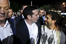 El primer ministro griego, Alexis Tsipras, saluda a un hombre  su llegada a la sede de la televisión pública en Atenas, el 11 de junio de 2015. El presidente de la Comisión Europea, Jean-Claude Juncker, dijo el viernes que las encalladas negociaciones sobre deuda entre Atenas y sus acreedores se reanudarán, pero dejó en claro que le toca al Gobierno griego elaborar un compromiso aceptable. REUTERS/Alkis Konstantinidis