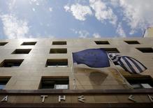 Le ministre grec des Finances, Yanis Varoufakis, a proposé samedi que le Mécanisme européen de stabilité (MES), le fonds d'urgence de la zone euro, accorde un nouveau prêt sur trente ans à la Grèce, à un taux d'intérêt de 1,5%, et que le MES rachète pour 27 milliards d'euros d'obligations souveraines grecques détenues par la Banque centrale européenne (BCE).  /Photo prise le 11 juin 2015/REUTERS/Yannis Behrakis