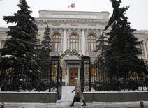 Vista general de la sede del Banco Central de Rusia, en Moscú, 30 de enero de 2015. El banco central ruso redujo el lunes su principal tasa de crédito, en línea con lo que esperaba el mercado, pero dijo que el ritmo del alivio en la política podría frenarse en los próximos meses debido a los riesgos de inflación. REUTERS/Grigory Dukor
