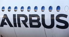 Vista del exterior de un avión Airbus A350 XWB, fotografiado durante la conferencia de prensa anual de Airbus, en Colomiers, cerca de Toulouse, 13 de enero de 2015. Airbus y Boeing abrieron el lunes la feria aérea de París con una serie de acuerdos multimillonarios debido a que la demanda de aerolíneas en Asia y Oriente Medio incrementó sus libros de pedidos ya hinchados. REUTERS/Regis Duvignau
