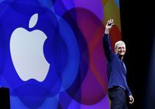 El presidente ejecutivo de Apple, Tim Cook, a su llegada a la Conferencia Mundial de Desarrolladores en San Francisco, 8 de junio de 2015. Apple Inc dijo que pagará más de un 70 por ciento de los ingresos por suscripciones de música a los dueños de esos derechos. REUTERS/Robert Galbraith