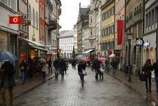 Constance, dans le sud de l'Allemagne. Les prix à la consommation en Allemagne ont bien augmenté de 0,7% en rythme annuel au mois de mai en données harmonisées aux normes de l'Union européenne. /Photo prise le 17 janvier 2015/ REUTERS/Arnd Wiegmann
