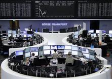 Помещение фондовой биржи во Франкфурте-на-Майне. 16 июня 2015 года. Европейские фондовые рынки упали до минимальной отметки с февраля из-за угрозы дефолта Греции. REUTERS/Stringer