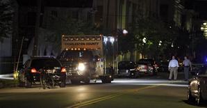 """Автомобили полиции на улице Чарлстона после стрельбы в церкви  Emanuel AME. 17 июня 2015 года. Белый мужчина застрелил девятерых человек в церкви для афроамериканцев в Чарлстоне в Южной Каролине, сообщил в четверг начальник городской полиции, назвав произошедшее """"преступлением на почве ненависти"""". REUTERS/Randall Hill"""