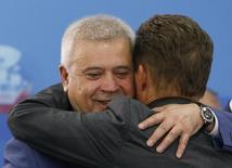 Глава Лукойла Вагит Алекперов обнимает главу Газпрома Алексея Миллера на экономическом форуме в Санкт-Петербурге. 24 мая 2014 года. Крупнейшая в РФ частная нефтекомпания Лукойл подпишет с Газпромом контракт на поставку до 20 миллиардов кубометров газа на пятилетний срок, сказал журналистам глава Лукойла Вагит Алекперов. REUTERS/Sergei Karpukhin