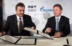 Главы Газпрома и OMV Алексей Миллер и Герхард Ройсс подписывают документы о строительстве газопровода Южный поток. Вена, 24 июня 2014 года. Газовый концерн Газпром и австрийская OMV подписали меморандум о долгосрочном сотрудничестве, а также вместе с другими партнёрами расширят трансбалтийский газопровод Северный поток, сообщили компании. REUTERS/Heinz-Peter Bader
