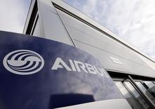 Airbus Group (+2,48%, vers 12h50) aura remporté plus de commandes que Boeing au Salon du Bourget cette semaine, grâce à un contrat de dernière minute avec la compagnie à bas coûts Wizz Air, qui s'ajoute à une demande toujours soutenue des compagnies asiatiques. /Photo d'archives/REUTERS/ Régis Duvignau