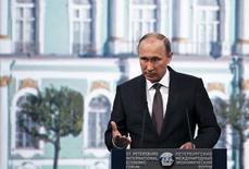 Президент РФ Владимир Путин выступает на Петербургском экономическом форуме 19 июня 2015 года. Президент РФ Владимир Путин уверен, что сотрудничество России и Запада продолжится. REUTERS/Grigory Dukor