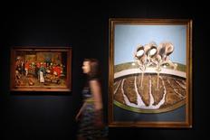 "Funcionária da  Christie's entre os quadros ""Two Men Working in a Field"", de Francis Bacon, e ""The Wedding Feast"", de Pieter Brueghel,  em Londres.   12/06/2015   REUTERS/Stefan Wermuth"