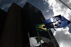 Una bandera de Brasil, vista afuera de la sede del Banco Central, en Brasilia, 15 de enero de 2014. El déficit de cuenta corriente de Brasil se redujo en mayo a la mitad de su nivel en el mes previo debido a un aumento del superávit comercial, gracias a una menor demanda por importaciones y a la debilidad de la moneda local. REUTERS/Ueslei Marcelino (BRAZIL - Tags: BUSINESS)