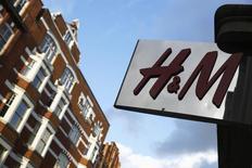 """Вывеска магазина H&M в Лондоне. 15 января 2015 года. Hennes & Mauritz, второй крупнейший в мире ритейлер одежды, сообщил в четверг об """"очень отрицательном"""" влиянии повышения закупочных цен в оставшееся время года, к которому привело укрепление курса американского доллара. REUTERS/Luke MacGregor"""