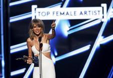 """La cantante Taylor Swift sonríe tras recibir el premio a la Artista Femenina del Año en la entrega de los premios Billboard en Las Vegas, Mayo 17, 2015. La estrella de la música pop Taylor Swift dijo que pondrá su último álbum """"1989"""" en Apple Music, días después de que Apple Inc revirtió su política y acordó pagar a los artistas durante una prueba gratuita de su nuevo servicio de música.  REUTERS/Mario Anzuoni"""