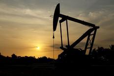 Нефтяной станок-качалка в Венесуэле. 18 марта 2015 года. Цены на нефть растут, пока инвесторы ждут результатов переговоров Греции с кредиторами. REUTERS/Isaac Urrutia