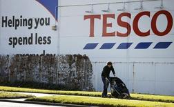 Tesco, numéro de la distribution en Grande-Bretagne, semble recueillir les premiers fruits de la refonte de ses opérations au vu d'un recul ( -1,3%) moins marqué que prévu de ses ventes trimestrielles. /Photo prise le 22 avril 2015/REUTERS/Phil Noble