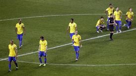 Jogadores do Brasil deixam campo após derrota para o Paraguai na Copa América. 27/06/2015 REUTERS/Jorge Adorno