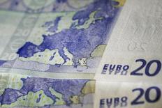 Купюры валюты евро в Афинах 22 мая 2015 года. Курс евро стабилизировался после сильного падения во вторник, вызванного дефолтом Греции. REUTERS/Alkis Konstantinidis