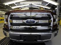 Un pickup Ford F150. Ford a fait état d'une augmentation de 8% du prix de vente des modèles de sa série F, soit 3.600 dollars, en juin alors que les ventes de ce véhicule se sont contractées de 8,9% en volume. Les ventes de GM ont elles reculé de 3% le mois dernier, mais le prix de vente moyen de ses véhicules a augmenté de quasiment 1.000 dollars sur un an. /Photo prise le 5 mars 2015/REUTERS/Dave Kaup