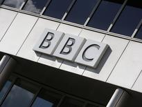 La BBC va  supprimer plus de 1.000 emplois car elle s'attend à percevoir au cours du prochain exercice financier annuel 150 millions de livres sterling (211 millions d'euros) de redevance en moins, nombre de téléspectateurs délaissant leurs téléviseurs au profit de programmes sur internet. /Photo d'archives/REUTERS/Stephen Hird