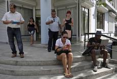 Cubanos usam Internet por meio de sinal de Wi-Fi público em Havana, Cuba, nesta quinta-feira. 02/07/2015 REUTERS/Enrique de la Osa