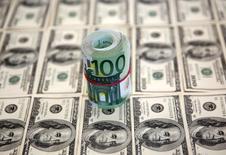 Долларовые купюры в Сараево 9 марта 2015 года. Курс доллара к иене слабо растет после выхода отчета о занятости в США и накануне референдума в Греции, посвященного условиям продолжения кредитования. REUTERS/Dado Ruvic
