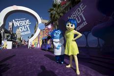 """Los personajes de la """"Alegría"""" y la """"Tristeza"""" de la película animada """"Inside Out"""" posan en el estreno de la película en el teatro El Capitán, en Hollywood, California, 8 de junio de 2015. """"Inside Out"""" fue la película que se impuso durante el feriado largo del Día de la Independencia en Estados Unidos, superando a """"Jurassic World"""" y a los estrenos """"Terminator: Genisys"""" y """"Magic Mike XXL."""". REUTERS/Mario Anzuoni"""