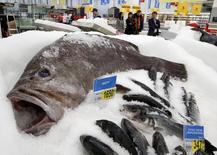 Рыба в магазине сети Ашан в Москве 28 ноября 2014 года. Инфляция в РФ в июне 2015 года составила 0,2 процента, в годовом выражении рост потребительских цен замедлился до 15,3 процента, сообщил Росстат в понедельник. REUTERS/Sergei Karpukhin