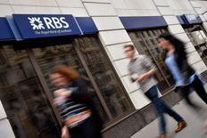 Unas personas pasan delante de una sucursal del Royal Bank of Scotland (RBS) en el centro de Londres, 27 de agosto de 2014. Reino Unido planea vender la mitad de su participación en Royal Bank of Scotland, un paquete valorado en 16.000 millones de libras (25.000 millones de dólares) en un plazo de dos años y con la posible primera desinversión en septiembre, dijeron fuentes cercanas al Gobierno. REUTERS/Toby Melville/Files