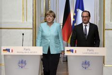 Chanceler alemã, Angela Merkel, e presidente francês, François Hollande, fazem declaração conjunta no Palácio do Eliseu, em Paris, na França, nesta segunda-feira. 06/07/2015 REUTERS/Philippe Wojazer