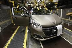 Ligne d'assemblage de Peugeot 208 à l'usine PSA de Poissy. , PSA Peugeot Citroën a annoncé mardi la production d'un nouveau véhicule de la gamme DS dans son usine de Mulhouse (Alsace), un SUV compact selon un syndicat, en vue de son lancement en 2018. /Photo prise le 29 avril 2015/REUTERS/Benoit Tessier