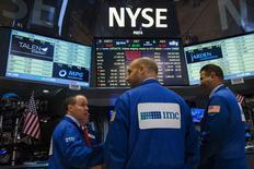 Operadores conversan durante una paralización de actividades en la bolsa de Wall Street en Nueva York , jul 8 2015. Las negociaciones en la Bolsa de Nueva York se reanudaron el miércoles en la tarde tras más de tres horas de suspensión por una falla técnica.  REUTERS/Lucas Jackson