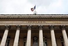 Les Bourses européennes continuent, vendredi à la mi-séance, de saluer les signes d'accélération des tractations entre la Grèce et ses créanciers et l'espoir d'une sortie de crise. À Paris, le Cac 40 fait un bond en avant de 2,78% vers 12h30. /Photo d'archives/REUTERS/Charles Platiau