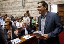 El primer ministro griego, Alexis Tsipras, llega para una sesión del partido gobernante Syriza, en el Parlamento en Atenas,  Grecia, 10 de julio de 2015. El primer ministro de Grecia, Alexis Tsipras, pidió el viernes a los legisladores de su partido de izquierda que apoyen un severo paquete de reformas económicas, luego de ofrecer concesiones de última hora a sus acreedores para intentar salvar al país de un colapso financiero. REUTERS/Jean-Paul Pelissier