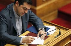 Le Premier ministre grec, Alexis Tsipras, a défendu vendredi soir devant le Parlement les propositions soumises la veille aux créanciers du pays en reconnaissant qu'elles impliquaient des mesures difficiles mais en soulignant qu'elles permettraient à la Grèce de rester dans la zone euro./Photo prise le 10 juillet 2015/REUTERS/Christian Hartmann
