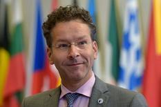 Jeroen Dijsselbloem a été réélu lundi président de l'Eurogroupe réunissant les ministres des Finances de la zone euro. Jeroen Le Néerlandais va effectuer un nouveau mandat de deux ans et demi à la tête de cette instance au sein de laquelle les pays de la zone euro tentent d'ajuster leurs politiques économiques. /Photo prise le 13 juillet 2015/REUTERS/Eric Vidal