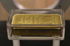 Un barra de oro expuesta en el museo del Banco Central del Líbano en Beirut, nov 6 2014. El precio del oro cayó un 1 por ciento el lunes a la par de una apreciación del dólar contra el euro luego de que líderes de la zona euro alcanzaron un acuerdo para negociar un rescate financiero para Grecia, aunque señales de que la Reserva Federal elevará las tasas de interés este año presionaron al mercado. REUTERS/Jamal Saidi